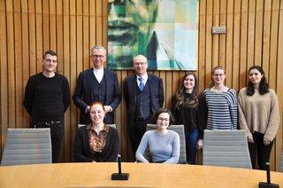 image of Studierende besuchen Düsseldorfer Landtag